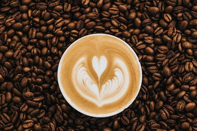 Kaffeebohnen mit Latte Macchiato