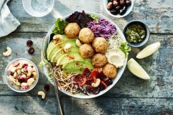 Bowl mit Salat und Avocado