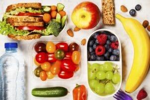 Lunchbox mit Obst und Gemüse und Sandwiches