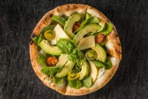 Gesunde Pizza mit Avocado