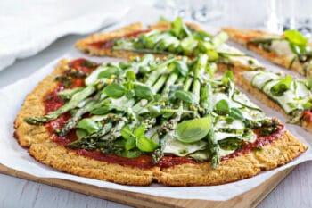 Gesunde Pizza mit Spargel und Blumenkohl