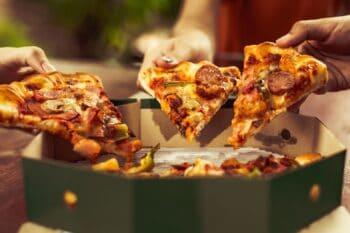 Pizza aus einer runden Box/ Verpackung