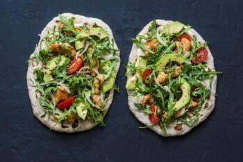 Pizza aus Dinkelmehl und Avocado