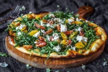 Pizza mit Salat und Feta Käse