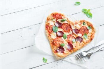 Herzförmige Pizza mit Salami