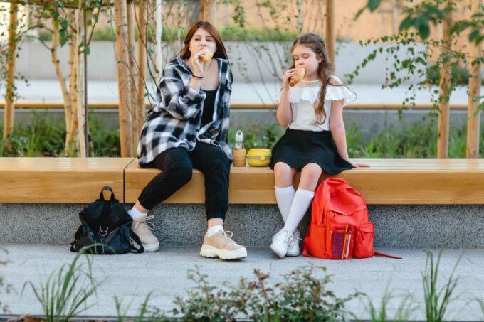 Kinder essen Pausensnacks