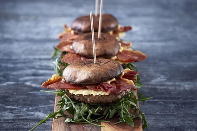 Burger mit Rindfleisch und Rucola
