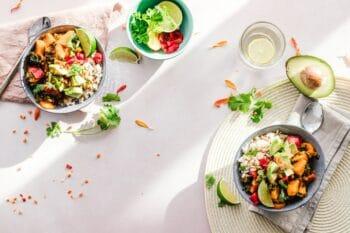Salat Bowls mit Avocado und Limetten