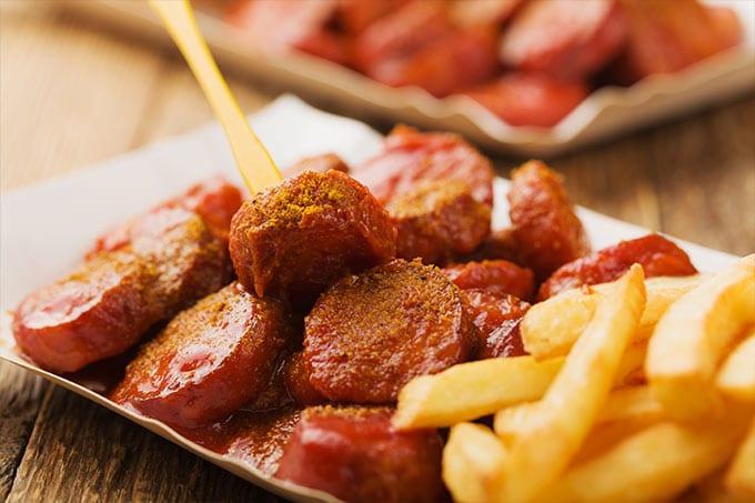 Currywurst mit Pommes und Ketchup
