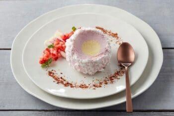 Tartufo Dessert Kugel angerichtet im Teller