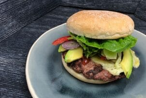 Burger mit Rindfleisch und Avocado