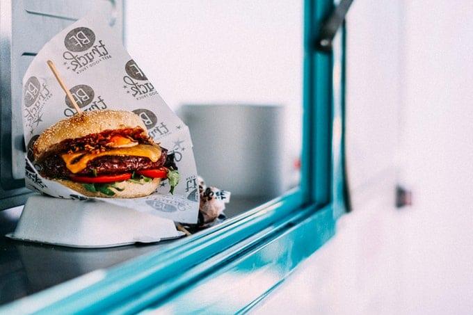 Burger verpackt To Go im Food Truck