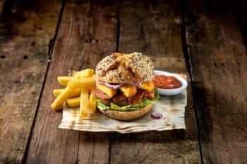 Hamburger mit Gouda Medaillons und BBQ Sauce