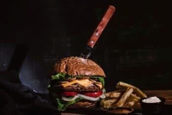 Premium Beef Burger mit Kartoffelspalten
