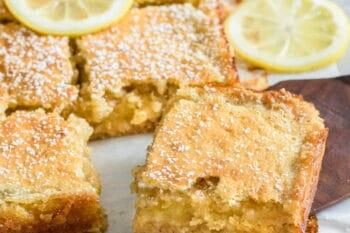 Spanischer Mandelkuchen mit Puderzucker / snackconnection