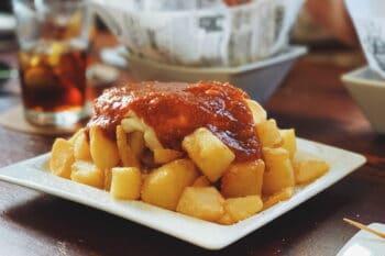 spanische Pommes Patatas Bravas / snackconnection