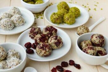 Verschiedene Sorten Energieballs auf Tellern mit Superfoods / snackconnection