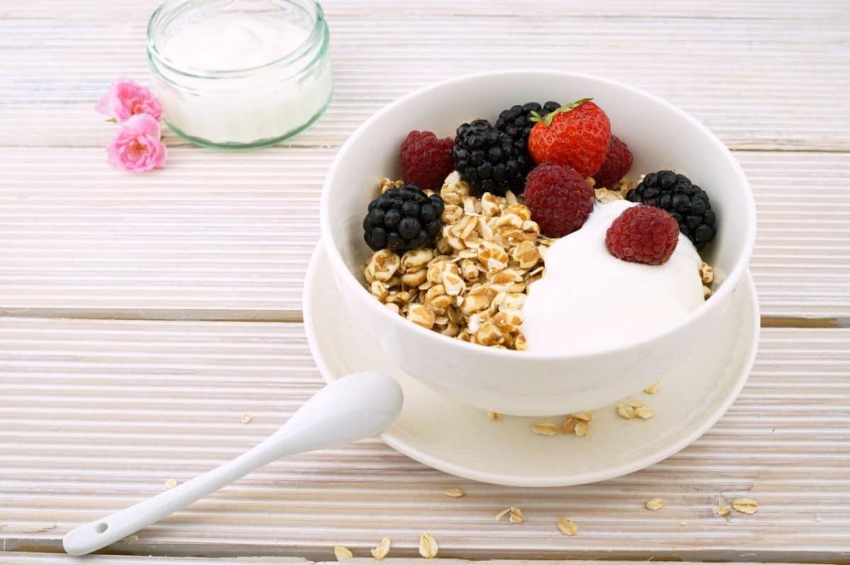 Joghurtbowl mit Müsli und Früchten gesund / snackconnection