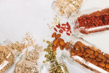 Gläser gefüllt mit verschiedenen Superfoods verstreut / Snackconnection