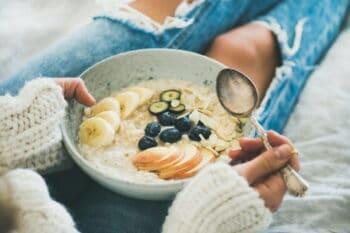 Porridgebowl auf dem Schoß / snackconnection