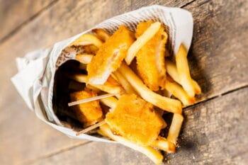 Fish and Chips in einer Papiertüte / snackconnection