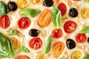 Veganes Focaccia mit Tomaten, Oliven und Basilikum / snackconnection