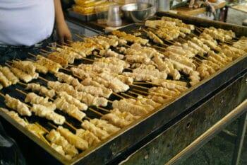 Fleischspieße auf einem Grill / snackconnection