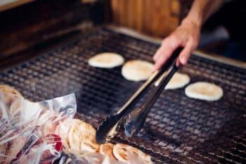 japanische herzhafte Reiscracker auf eine grill / snackconnection