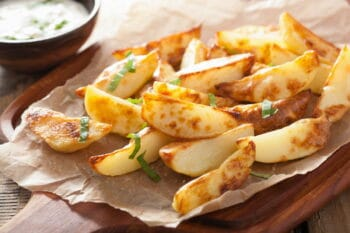 baked potato wedges with yogurt dip / snackconnection