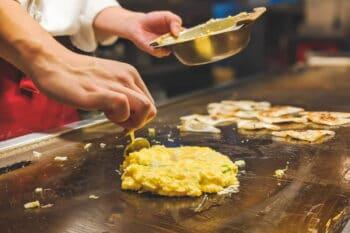 Teig in Pfannkuchenform auf einer Gastro-Pfannenplatte / snackconnection