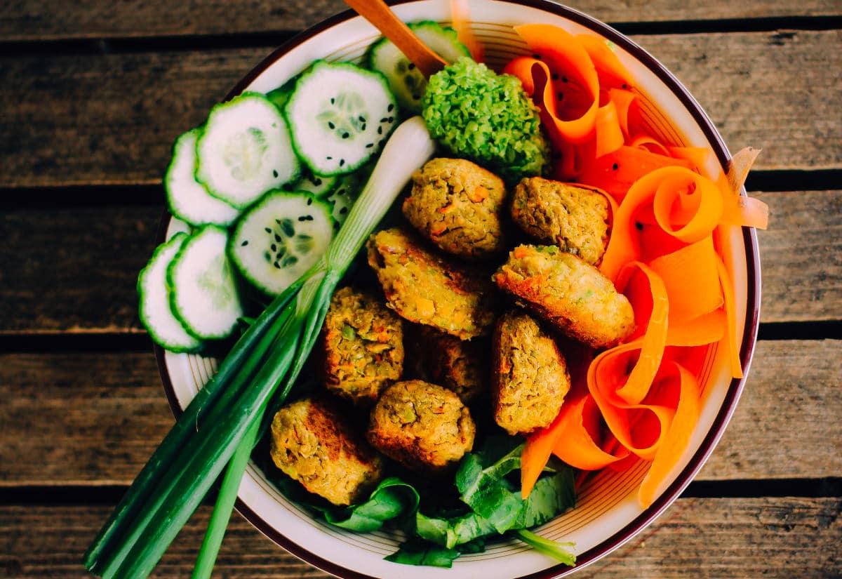 Bunte Gemüse Bowl mit Falafeln / snackconnection