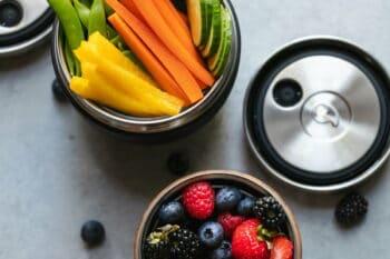 Gemüsesticks und Berren im Mehrwegbehälter / snackconnection