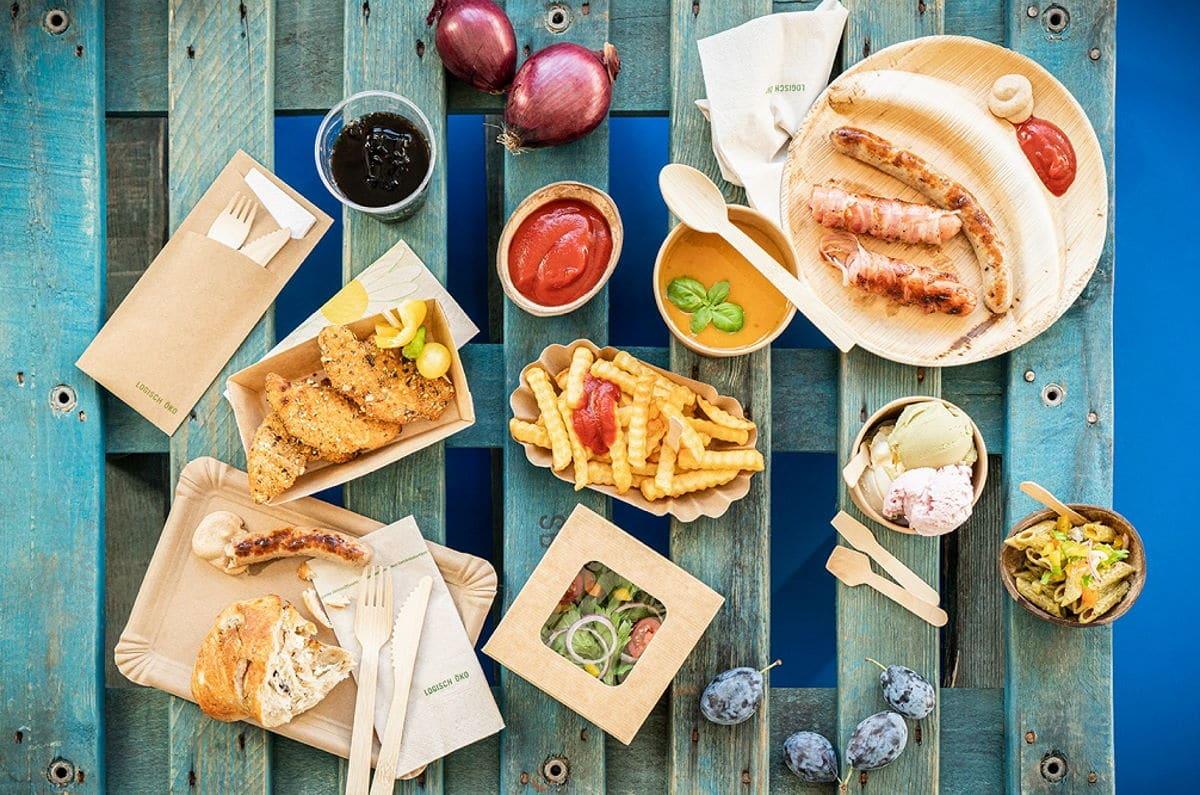 Verschiede Snacks in Verpackungen auf einem Tisch / snackconnection