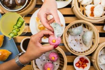 vegane australische Dumplings auf einem Tisch / snackconnection