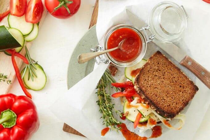Paprika Sandwich auf einem Teller mit Ketchup daneben im Glas / snackconnection