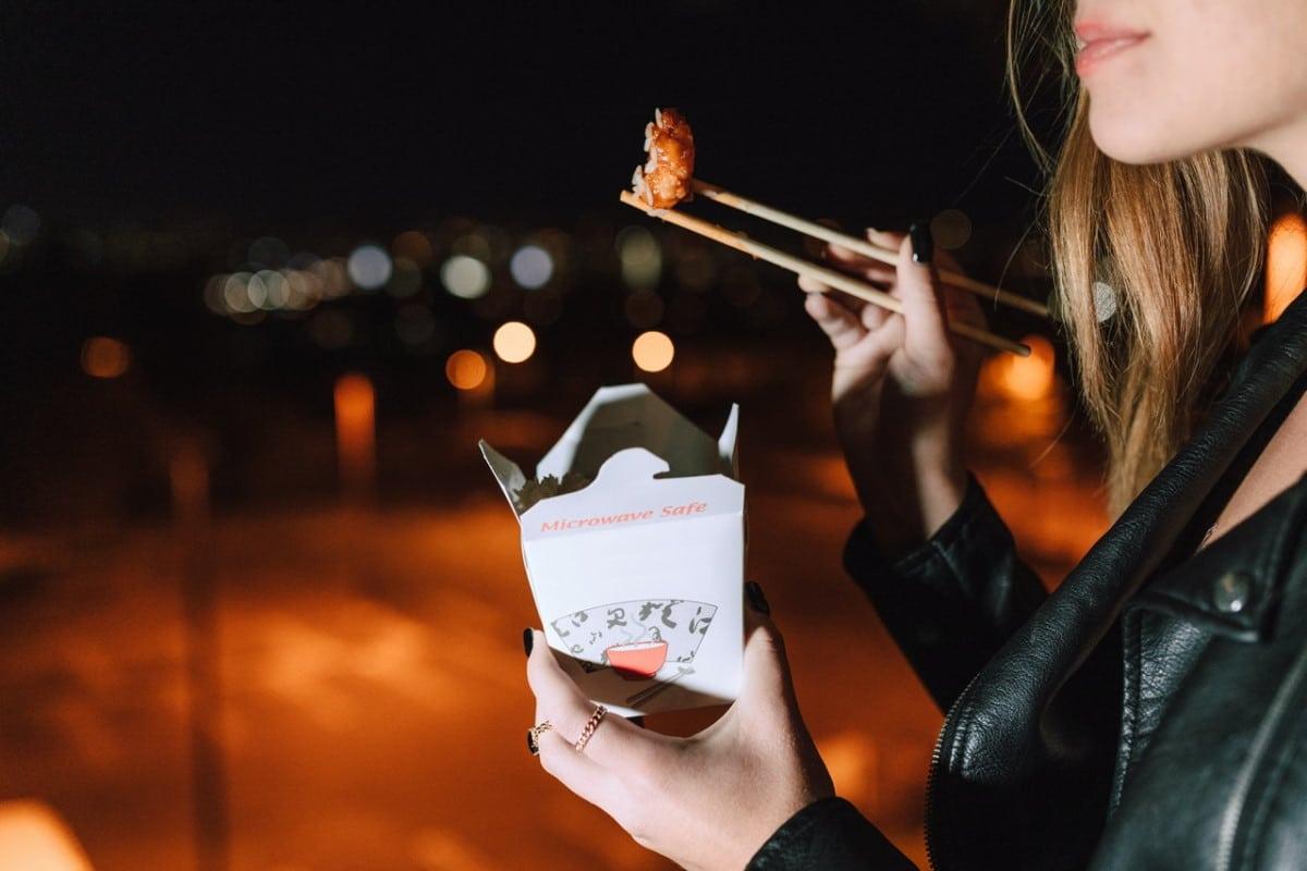 Chinesisches Streetfood in einer Verpackung mit Stäbchen / snackconnection