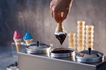 Softeis in Schokoladensoße getränkt / snackconnection
