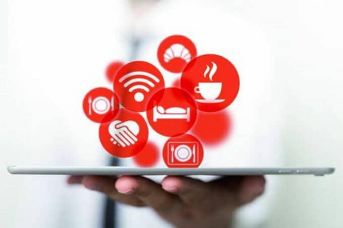 Tablet aus dem Icons hervorkommen in Zusammenhang mit Intergastra digital 2021 / snackconnection