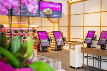 Bestellservice in der Gastro an einem Bildschirm / snackconnection