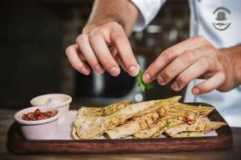 Pizza Sandwiches nebeneinander auf einem Teller mit Ketchup daneben / snackconnection