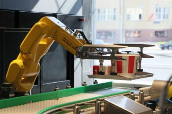 Roboter bei KFC der Essen rausgibt / snackconnection