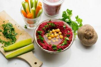 Rote Beete Hummus in einer schüssel mit Öl / snackconnection