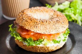 Bagel mit Lach, Frischkäse und Salat / snackconnection