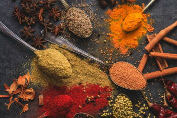 Verschiedene bunte orientalische Gewürze / snackconnection