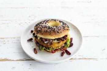 Burger mit Gemüsepatty und Rote beete Crispies von Ardo / snackconnection