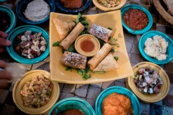 Verschiedene orientalische Gerichte als Mezze angerichtet / snackconnection