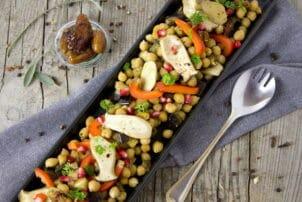 Kichererbsen und Gemüse in einer Auflaufform / snackconnection