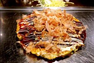 Japanischer Pfannkuchen Schinken und Soße / snackconnection