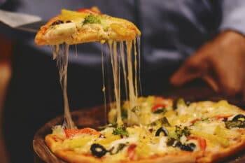 Pizza mit viel Käse und Gemüse / snackconnection