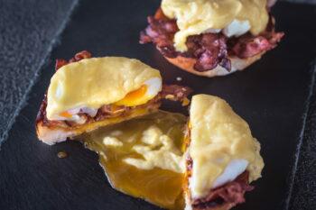 Eggs Benedict on slate tray / snackconnection